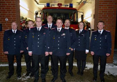 Bereitschaftsführer Sven Klempau mit dem neuen Vorstand der FF Büssau. Foto: FF