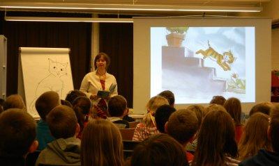 Heike Wiechmann zeigte den Schülern, wie sie ihre Figuren entwickelt und zum Leben erweckt. Foto: Angela Buske