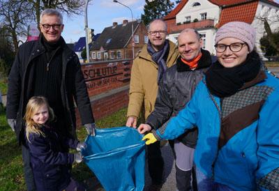 Senator Ludger Hinsen und seine Tochter Antonia begleiteten die Aktion in Schlutup. Fotos: JW